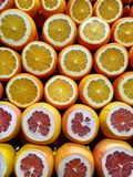 Citrusfrukter som skivas i halva Turkisk fruktmarknad Ny fruktsaft arkivbilder