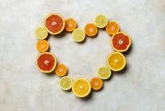 Citrusfrukthjärtabakgrund för din text arkivbild