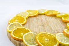 Citrusskivor på träbräde Citron och apelsin Royaltyfri Foto