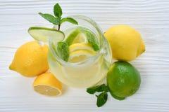 Citrust lemonad- och limefruktvatten royaltyfri fotografi
