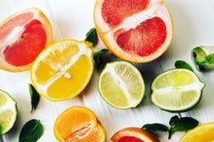 Citrusvrucht met munt op witte houten achtergrond De mening van t Royalty-vrije Stock Foto