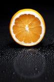 Citrusvrucht op een zwarte achtergrond Stock Foto's