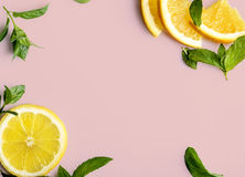 Citrusvrucht op retro roze achtergrond Royalty-vrije Stock Afbeelding