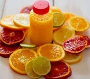 Citrusvruchten en sap Mening vanaf de bovenkant stock foto