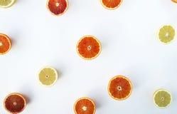 Citrusvruchten, het concept van de gezondheidszomer, sinaasappelen en citroenen, vlak l Royalty-vrije Stock Foto's