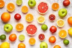 Citrusvruchten legt de kleurrijke vruchten achtergrondmengelingsvlakte, voedsel van de de zomer het gezonde vegetarische vitamine Royalty-vrije Stock Fotografie