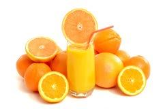 Citrusvruchten met een glas grapefruit juice Stock Afbeeldingen