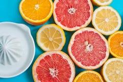 Citrusvruchten op de lijst Stock Foto's