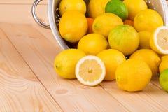 Citrusvruchten op houten achtergrond Stock Foto