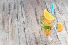 Citrusvruchten verfrissende drank in een glasdrinkbeker op een houten lijst De zomer verfrissende cocktail Gezond voedsel, dranke stock foto