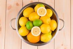 Citrusvruchten in vergiet op hout Stock Fotografie