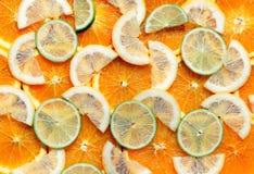 Citrusvruchtenachtergrond van citroen, sinaasappel en kalkplakken Royalty-vrije Stock Afbeeldingen