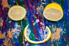 Citrusvruchtenglimlach op kleurrijke achtergrond Stock Afbeeldingen