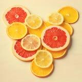 Citrusvruchtenhart van plakken van citroen, sinaasappel, grapefruit op witte achtergrond Liefde, Gezond, Ecologieconcept Stock Afbeelding