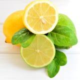 Citrusvruchtenkalk en citroen op een witte lijst Stock Afbeeldingen