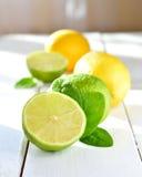 Citrusvruchtenkalk en citroen op een witte lijst Stock Fotografie