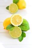 Citrusvruchtenkalk en citroen op een witte lijst Royalty-vrije Stock Foto