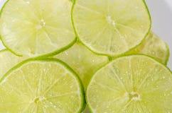 Citrusvruchtenkalk op witte achtergrond Stock Foto's