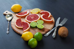 Citrusvruchtenregeling met uitstekend tafelzilver Royalty-vrije Stock Afbeelding
