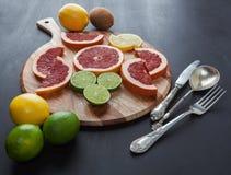 Citrusvruchtenregeling met uitstekend tafelzilver Stock Foto