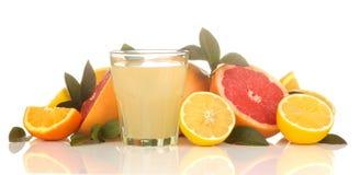 Citrusvruchtensappen citroensap in een glas met vers fruit op een wit geïsoleerde achtergrond royalty-vrije stock fotografie