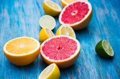 Citrusvruchtenvoedsel op blauwe achtergrond royalty-vrije stock fotografie