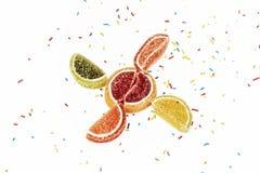 Citrusvruchtenwiggen van marmelade en banketbakkerij op een witte backgrou Royalty-vrije Stock Foto