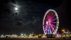 Citscape y playa de la noche de Timelapse Ferris Wheel con la Luna Llena metrajes