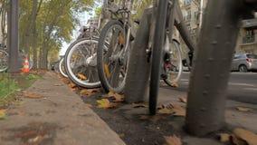 a città adatta Ciclare Parcheggiando con la fila delle bici in via parigina, la Francia archivi video