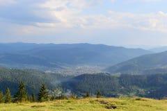 Città al fondo della vista superiore del paesaggio della montagna Immagine Stock Libera da Diritti