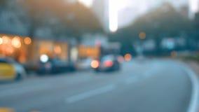 Città al fondo di notte con le automobili Dalla priorità bassa del fuoco video d archivio