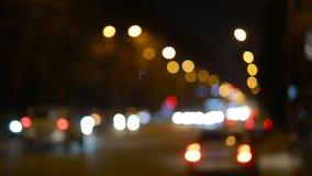 Città al fondo di notte con le automobili Senza cuciture avvolto stock footage