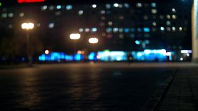 Città al fondo di notte con le automobili Sfuocato il fondo con la città unfocused confusa si accende stock footage