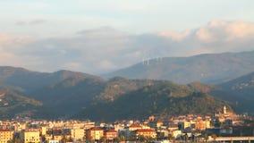 Città al piede del massiccio Albisola-porticciolo, Savona, Italia video d archivio