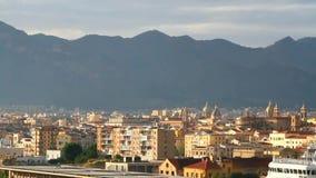 Città al piede delle montagne Palermo, Sicilia stock footage