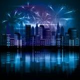 Città alla notte con i fuochi d'artificio Fotografie Stock