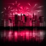 Città alla notte con i fuochi d'artificio immagini stock libere da diritti