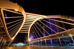 Città alla notte con il ponticello e la costruzione Immagini Stock Libere da Diritti