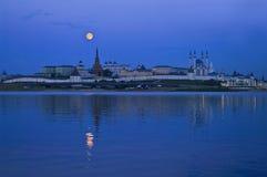 Città alla notte con la luna piena Fotografia Stock Libera da Diritti