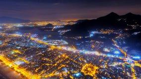 Città alla notte con un pieno fotografie stock