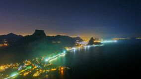 Città alla notte con un pieno immagine stock