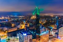 Città alla notte, Tallinn, Estonia di vista aerea immagini stock libere da diritti