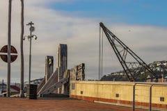 Città alle sculture del ponte del mare immagini stock