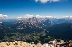 Città alpina che si trova in valle Fotografia Stock Libera da Diritti