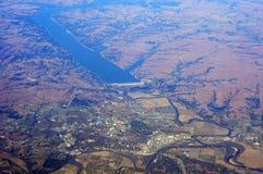 Città americana vicino al grande bacino idrico Fotografia Stock Libera da Diritti