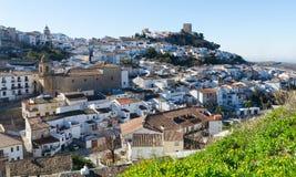 Città andalusa con la chiesa ed il castello Martos fotografia stock libera da diritti