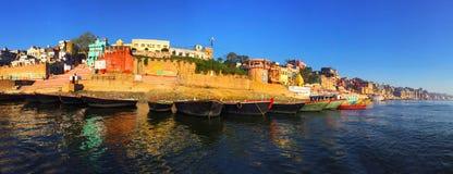 Città antica in India, vista dal fiume di Ganga Fotografia Stock