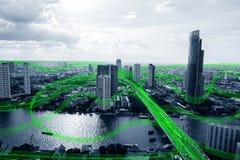 Città astuta in bianco e nero con la rete di flusso della comunicazione dei dati fotografia stock