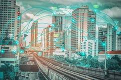 Città astuta e Internet senza fili di concetto IOT della rete di comunicazione della cosa, con la convenienza immagini stock libere da diritti