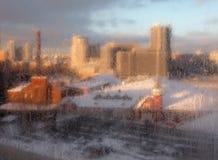 Città attraverso la finestra di gelo fotografie stock libere da diritti